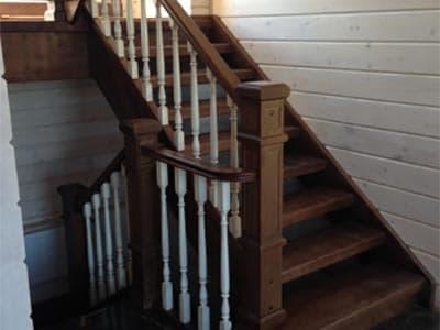 Деревянная лестница из массива ясеня