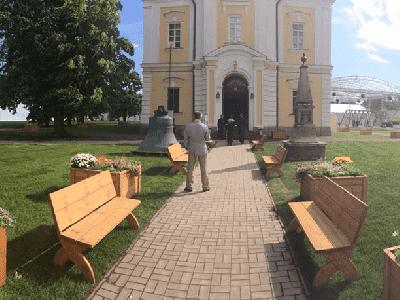 Деревянные цветники и скамейки на открытом воздухе