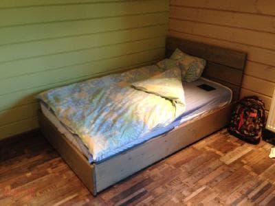 Полуторная кровать с подъемным механизмом
