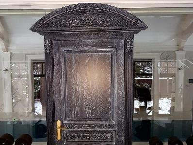 Двери из массива дуба с резьбой и патиной